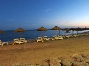 leerer Strand Banealmadena Costa am Saisonende